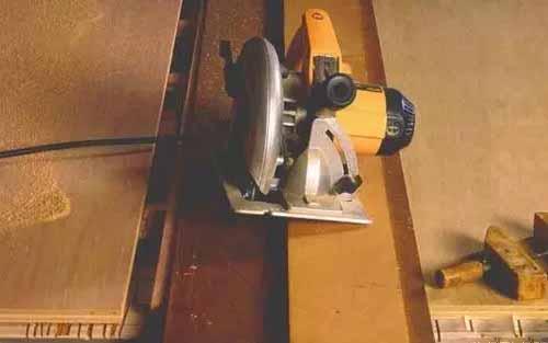 木工实用技术 木工自制导尺实现电圆锯的精确锯割